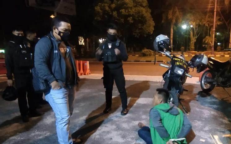 Wadir Samapta Polda Kalteng AKBP Timbul RK Siregar saat mengintrogasi pelaku, Senin (3/5) dini hari.