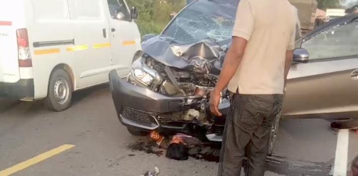 Korban saat masih tergenjet mobil di lokasi kejadian, Senin (3/5).