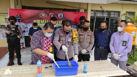 Wakapolres Kotim Kompol Aziz saat memimpin kegiatan pemusnahan barbuk sabu, Jumat (7/5).