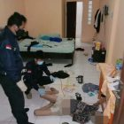 Anggota saat melakukan penyelidikan di lokasi ditemukannya korban tergeletak pingsan, Jumat (7/6).