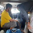 Pelaku saat terciduk sedang melangsir BBM jenis Bio Solar oleh anggota Polda Kalteng.