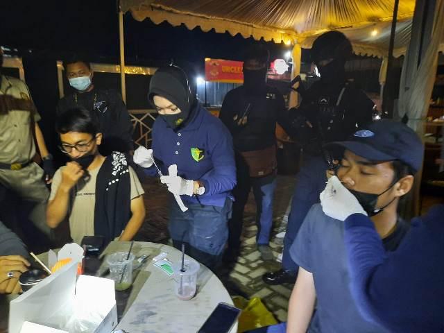 Petugas saat menggelar rapid test terhadap pengunjung kafe, Sabtu (22/5) malam.