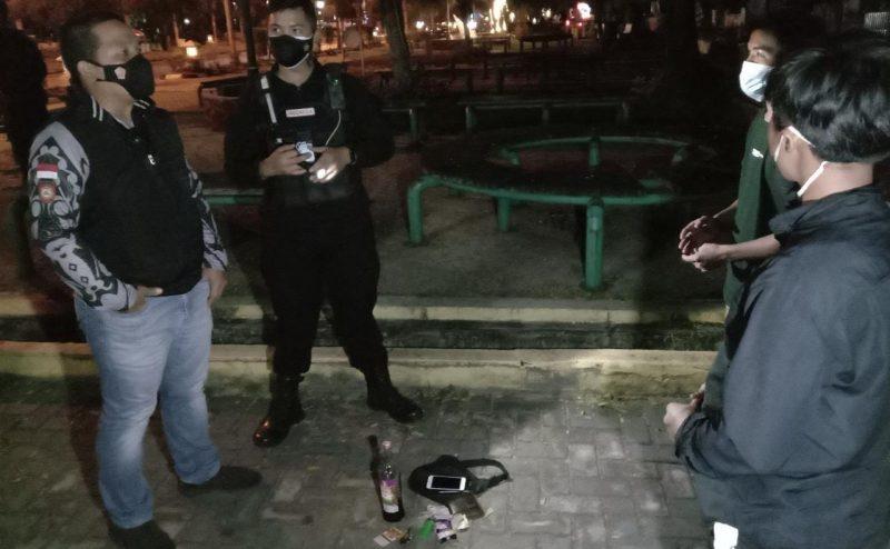Dua orang remaja yang kedapatan minum minuman keras di Jl yos Sudarso palangka Raya, Rabu (2/6/2021). Foto : Foto : Am