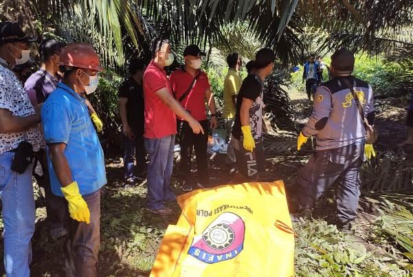 Anggota Polsek Telawang dan Satreskrim Polres Kotim saat mengevakuasi jasad korban, Sabtu (5/6).