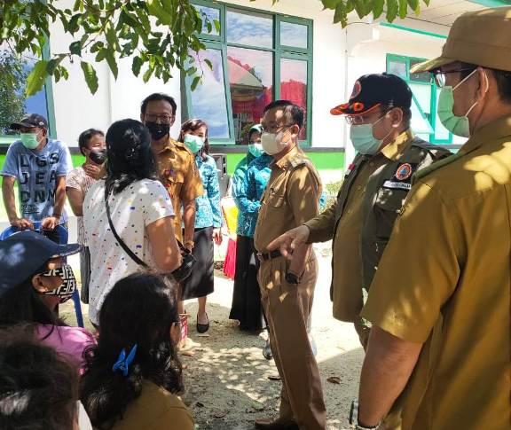 Bupati Katingan Sakariyas saat meninjau kegiatan vaksinasi di Desa Pendahara, Senin (7/6).