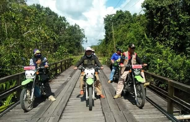 Wabup Katingan Sunardi saat naik sepeda motor meninjau ke wilayah Selatan Katingan, Selasa (8/6).
