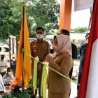 Bupati Kobar Hj Nurhidayah saat meresmikan layanan mandiri Kecamatan Pangkalan Lada, Selasa (15/6).