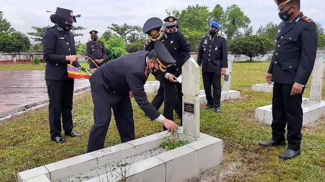 Kapolres Kotim AKBP Abdoel Harris Jakin saat menabur bunga ketika ziarah ke makam pahlawan, Selasa (29/6).