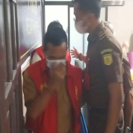 IST- Mantan Camat saat ditahan di Kejati Kalteng.