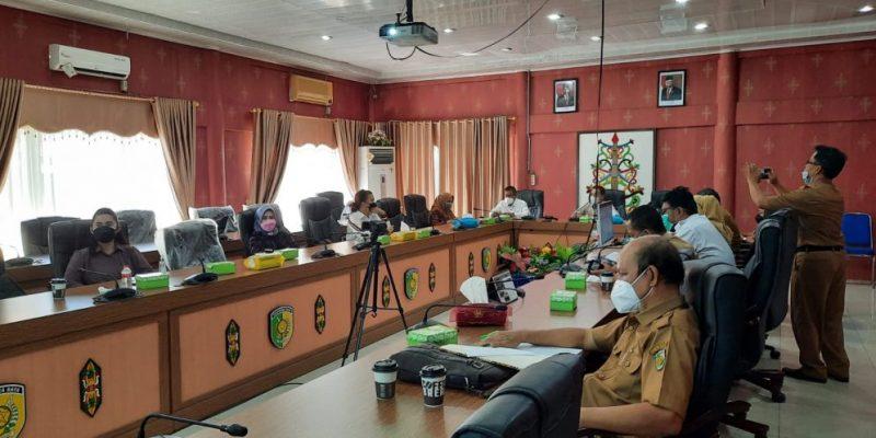 Jajaran Pansus Pembahasan LHP DPRD Kota Palangka Raya, pada saat melakukan rapat bersama pemerintah kota Palangka Raya. Foto : Ra