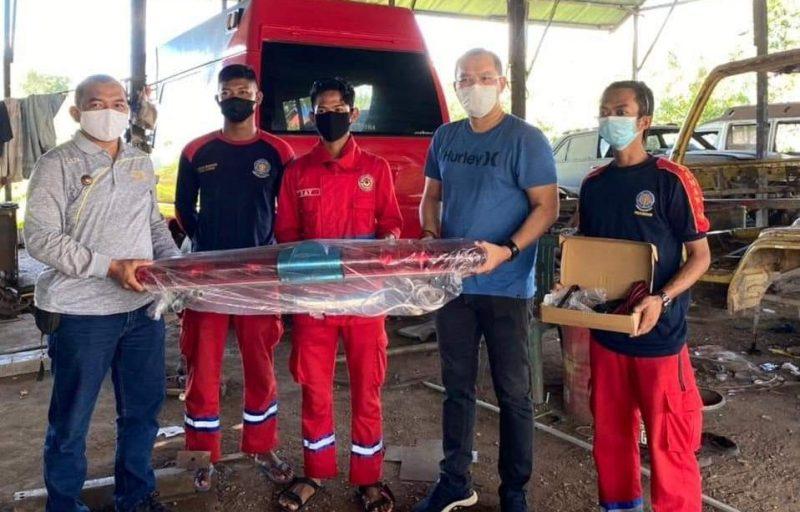 Anggota Fraksi Gabungan PAN, PKS, PPP, Perindo dan Hanura (G-P4H) DPRD Kalimantan Tengah (Kalteng), Tomy Irawan Diran, pada saay menyalurkan bantuan tiga unit lampu rotary. Foto : TN