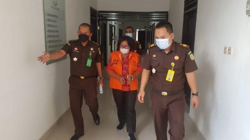 Mantan Pj Kades Kerabu W saat diamankan di Kantor Kejari Kobar, Senin (19/7).