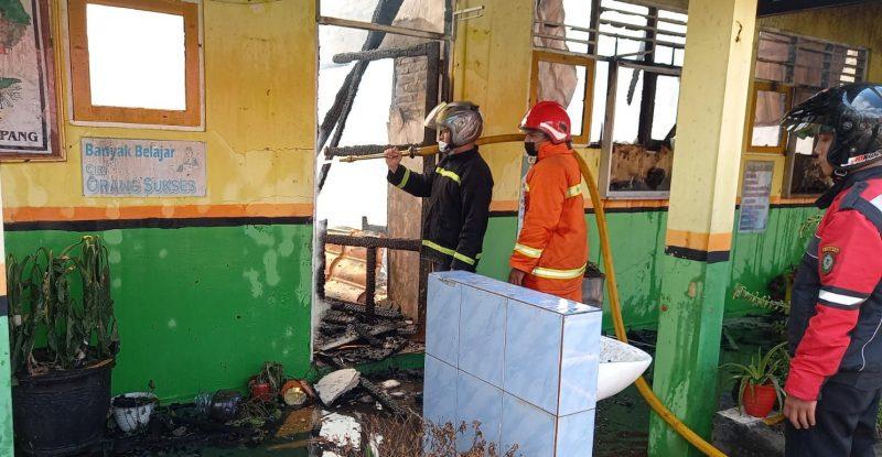 Petugas Damkar Kotim saat melakukan pemadaman api di lokasi kejadian, Selasa (20/7).