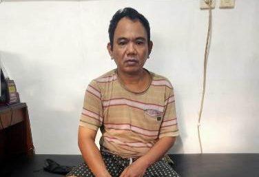 Tersangka saat diamankan di Mapolsek Ketapang, Sabtu (3/7).