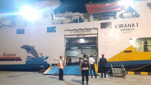 Petugas gabungan saat memantau kedatangan Kapal Kirana I, Selasa (19/7) malam.