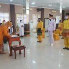 Bupati Kobar Hj Nurhidayah saat melantik ratusan pejabat di Aula Kantor Pemkab Kobar, Jumat (30/7).