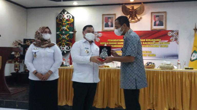 Bupati Kotim H. Halikinnor serahkan cendera mata kepada Kepala BNN Provinsi Kalteng Brigjen Pol. Roy Hardi Siahaan. Rabu (25/8/2021). Foto : Ry