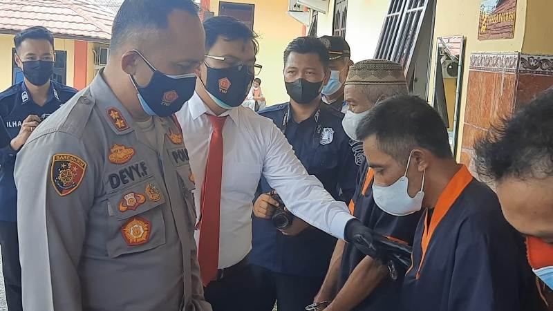 Kapolres Kobar AKBP Devy Firmansyah saat mengintrogasi pelaku, Senin (13/9).