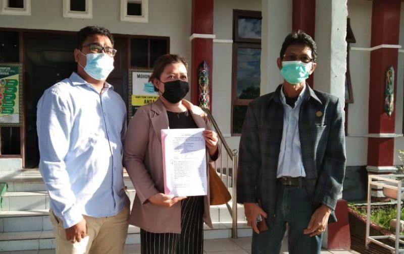 Tim kuasa hukum H Jainudin saat memperlihatkan gugatan praperadilan yang dikabulkan PN Kasongan, Senin (13/9).