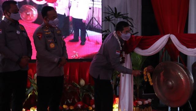 Ketua Tim Saber Pungli Pusat Irjen Pol Dr. Agung Makbul saat memukul gong tanda diresmikanya aplikasi saber pungli, Rabu (15/9).