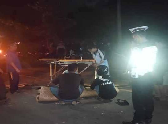 Jasad korban saat dievakuasi petugas kepolisian bersama warga, seusai kejadian, Senin (20/9).