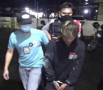 Pelaku saat diamankan anggota Polsek Ketapang, Jumat (10/9) malam.