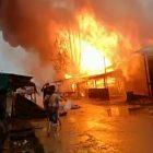 Kobaran api saat melahap bangunan kios BBM dan bangunan lainnya yang berdekatan, Senin (25/10).