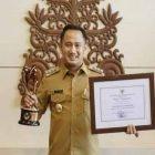 IST - Wali Kota Palangka Raya Fairid Naparin saat menerima penghargaan KLA Pratama, Senin (25/10).